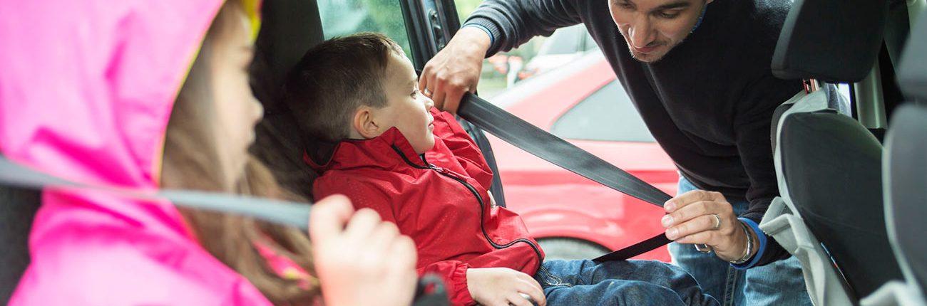 Abrochandose el cinturón de seguridad